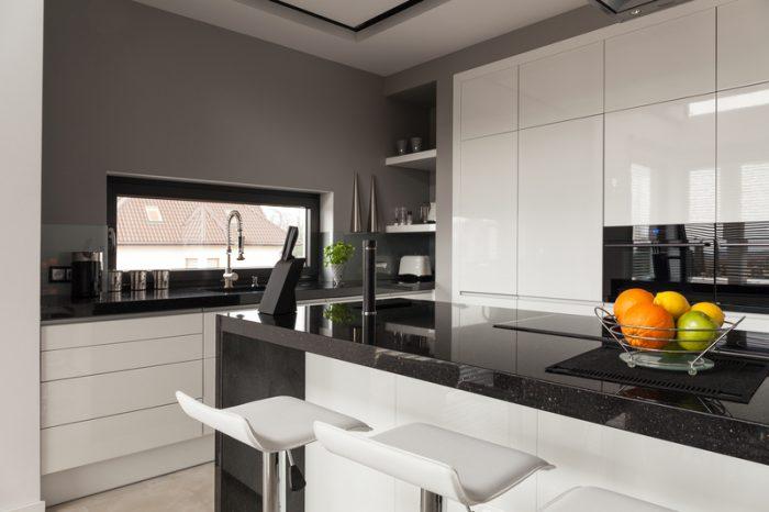 een-zwart-keukenblad